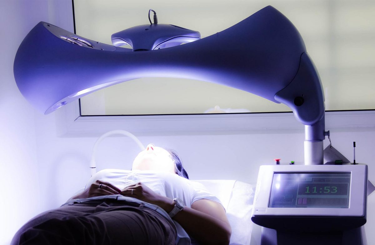 bioderm_0002_Terapia-cu-lumina-albastra-Clear-Light-1200x786.jpg